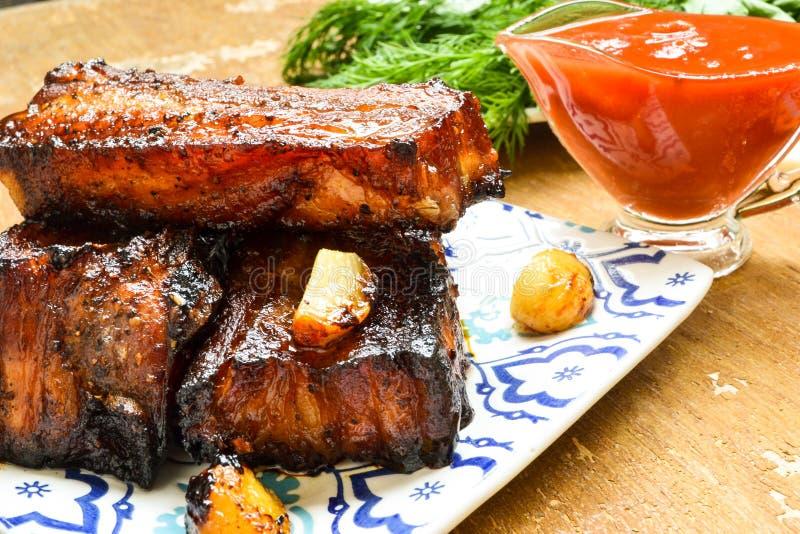 Costole di carne di maiale affumicate con salsa al pomodoro immagini stock libere da diritti
