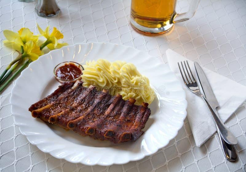 Costole di carne di maiale arrostite col barbecue fotografia stock libera da diritti
