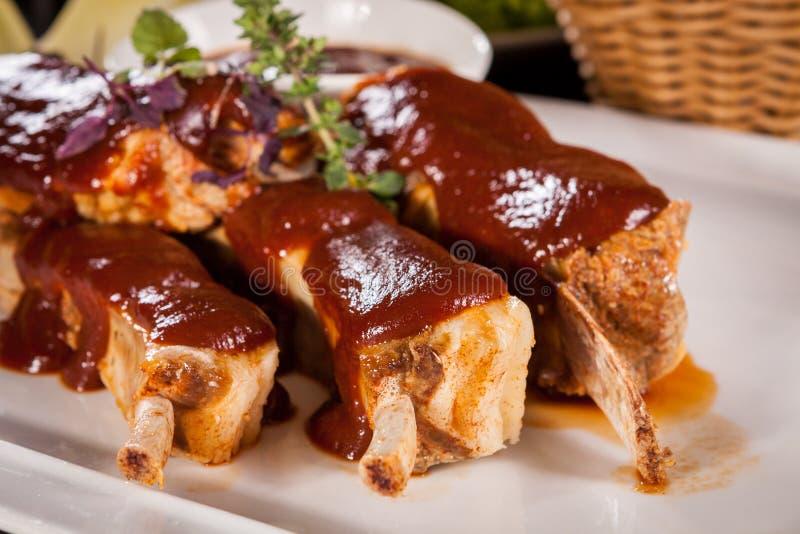 Costole di carne di maiale arrostite deliziose fotografia stock libera da diritti