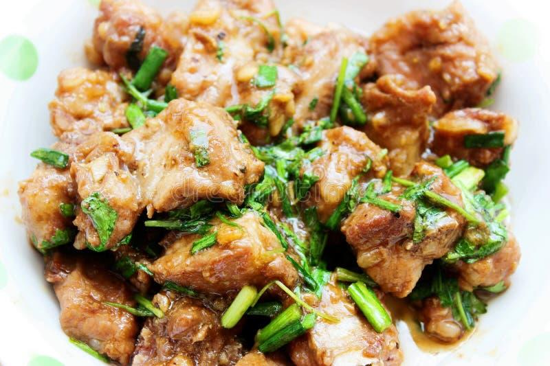 Costole di carne di maiale brasate con la cipolla in vassoio bianco fotografie stock libere da diritti