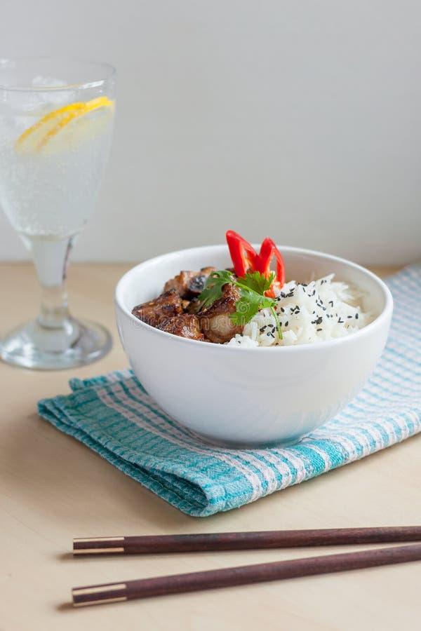 Costole di carne di maiale del pepe dell'aglio con stile dell'asiatico del riso immagine stock