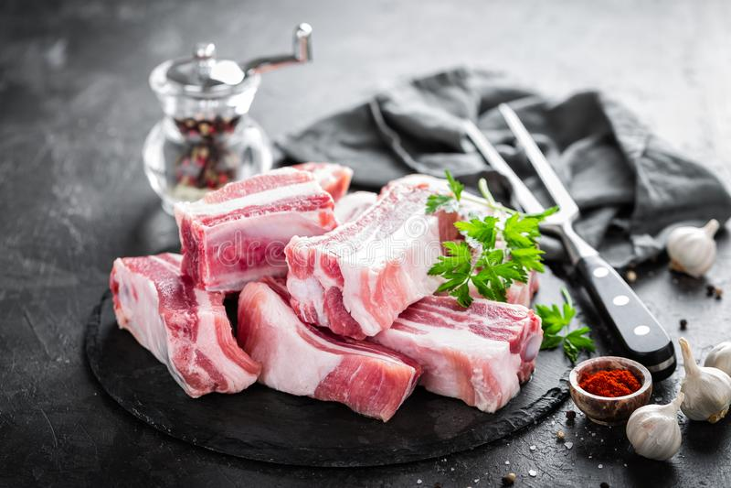Costole di carne di maiale, carne cruda immagini stock