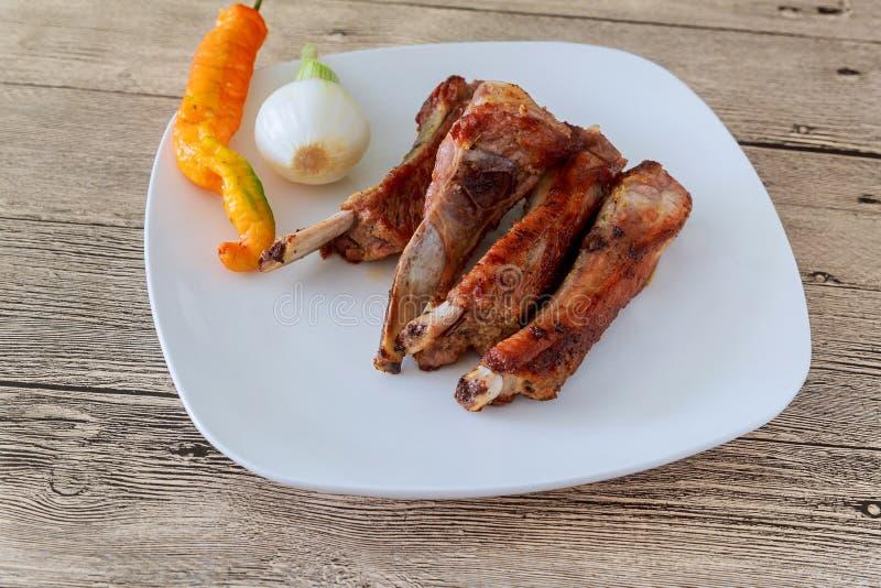 costole di maiale arrostite col barbecue arrostite con i fagioli in salsa e l'insalata di cavoli fotografia stock libera da diritti