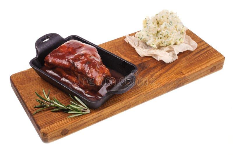 Costole di maiale arrostite col barbecue della carne di maiale su boad di legno isolato immagine stock libera da diritti