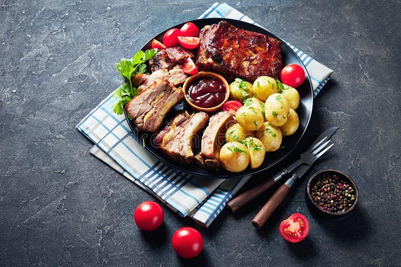 Costole e verdure di carne di maiale arrostite succose deliziose fotografia stock libera da diritti