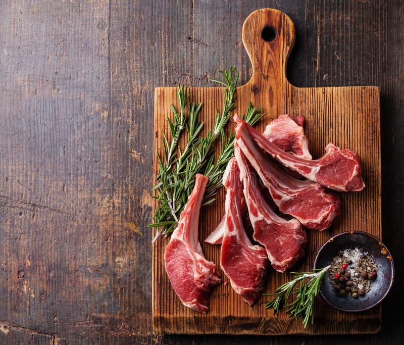 Costole fresche crude della carne dell'agnello fotografia stock