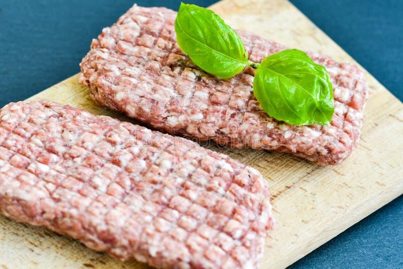 costoleta do bife da carne crua para o hamburguer fotos de stock royalty free