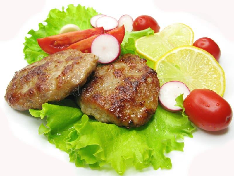 Costoletas cozinhadas da carne com vegetais fotos de stock royalty free