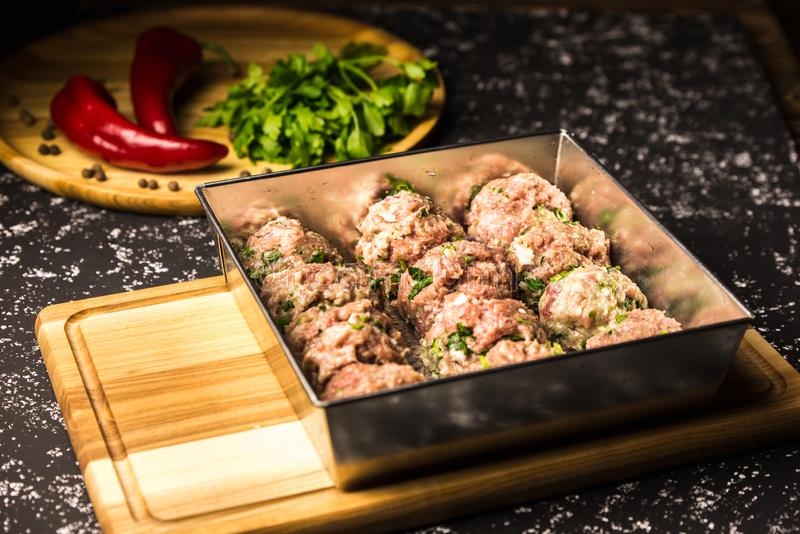 Costoletas cruas da carne de porco em um prato do cozimento do metal fotografia de stock royalty free