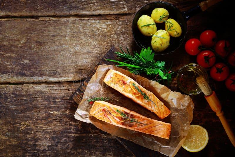 Costoletas salmon grelhadas com ingredientes imagens de stock