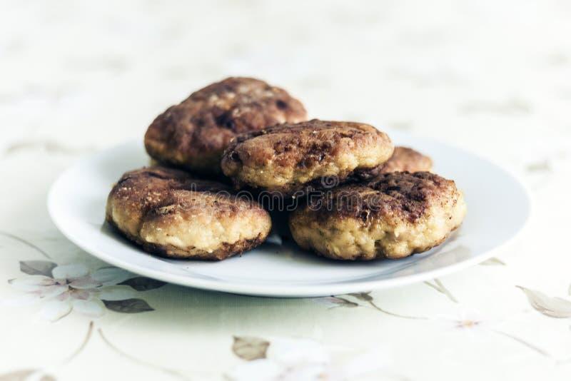 Costoletas trituradas fritadas caseiros da carne na placa branca, prato ucraniano tradicional imagens de stock