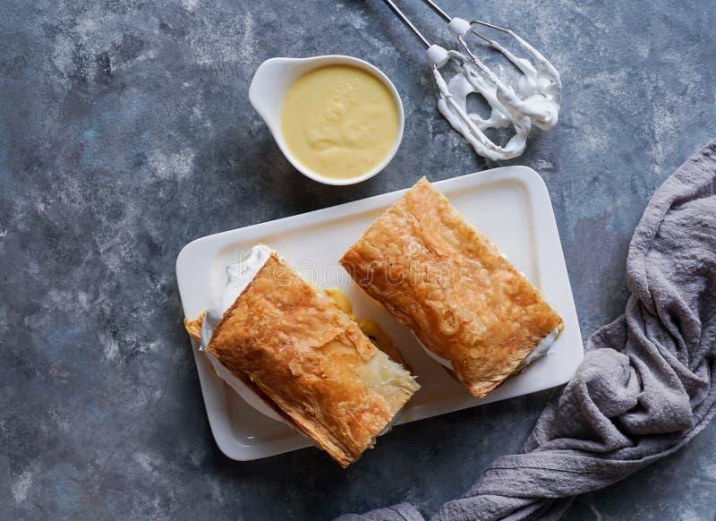 Costrada或millefeuille用-传统点心做用油酥点心、奶油和乳蛋糕 Milhojas de merengue y crema, 库存照片