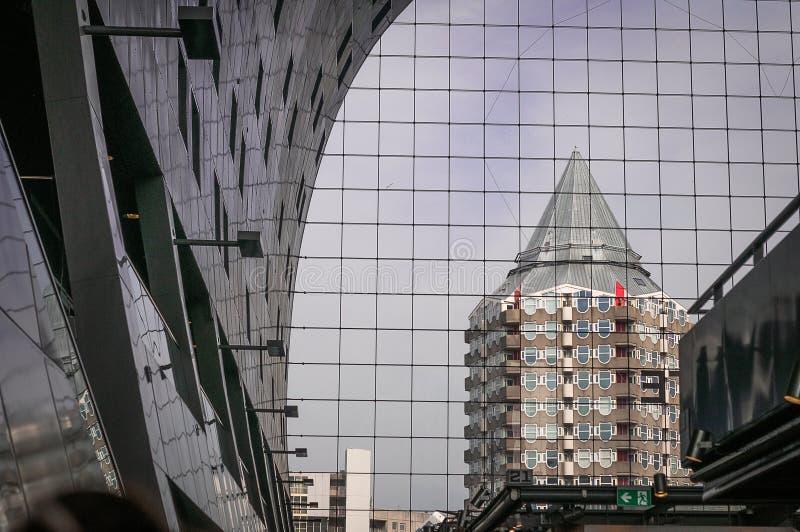 Costruendo con la riflessione nelle finestre di costruzione fotografia stock libera da diritti