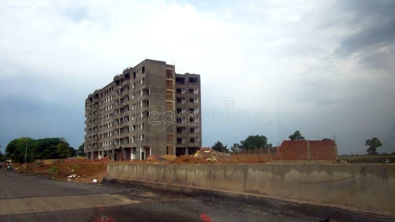 Costruendo in costruzione accanto all'autostrada nazionale fotografie stock libere da diritti