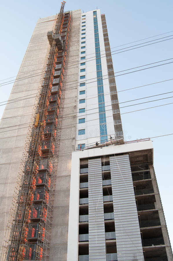 Costruendo in costruzione con l'elevatore esposto fotografia stock libera da diritti
