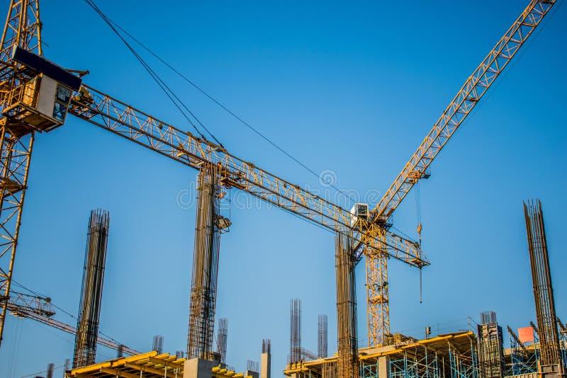 costruendo le gru costruisca il grattacielo urbano immagine stock libera da diritti