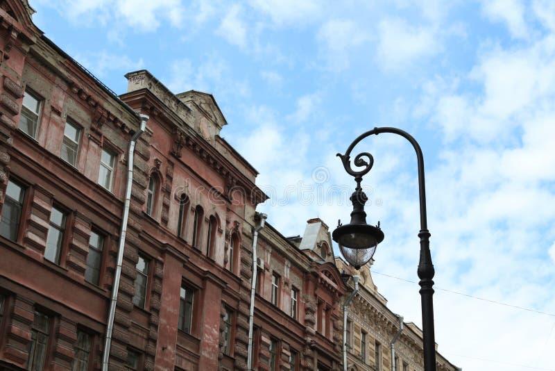 Costruendo nella città di San Pietroburgo con bella architettura immagine stock