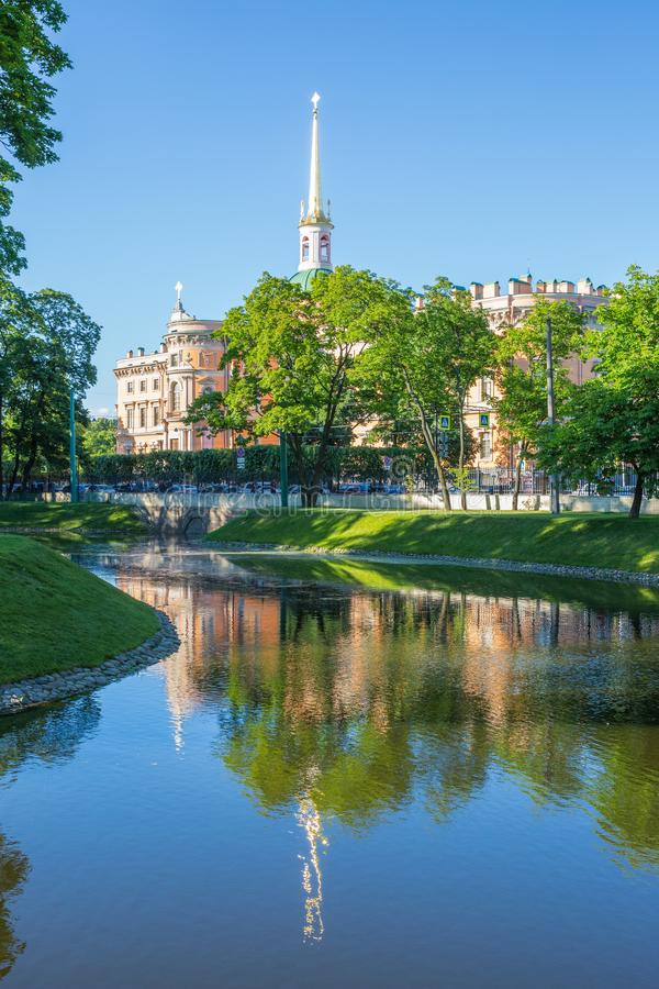 Costruisca il castello del ` s a St Petersburg, vista dal giardino dell'estate fotografie stock