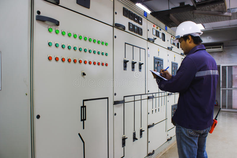 Costruisca il controllo del sistema elettrico nella sala di controllo fotografie stock libere da diritti