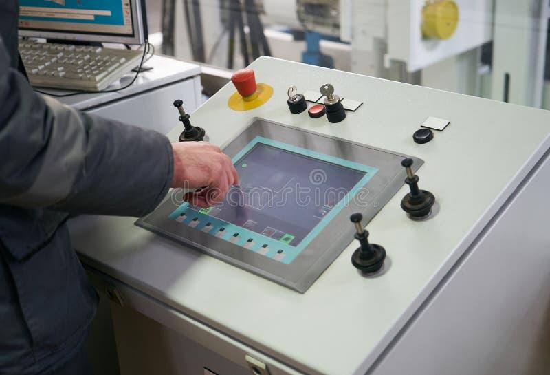 Costruisca il lavoratore a controllo di esposizione commovente del sensore della sala di controllo immagine stock
