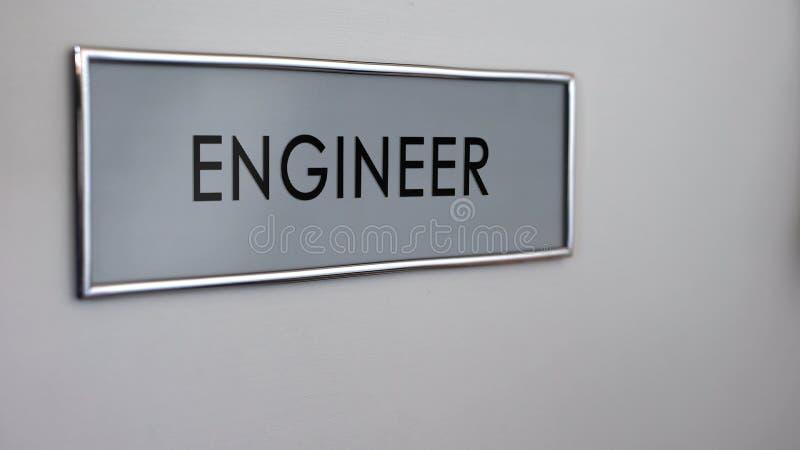 Costruisca il primo piano dello scrittorio della porta dell'ufficio, il progetto di sviluppo dell'insediamento, progettazione illustrazione vettoriale