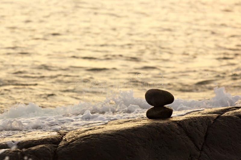 Costruito della statua di pietra del inukshuk sulla costa di mare immagini stock libere da diritti