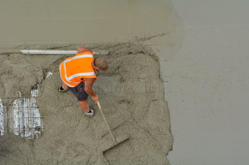 Costruttore della costruzione che livella cemento fotografie stock libere da diritti