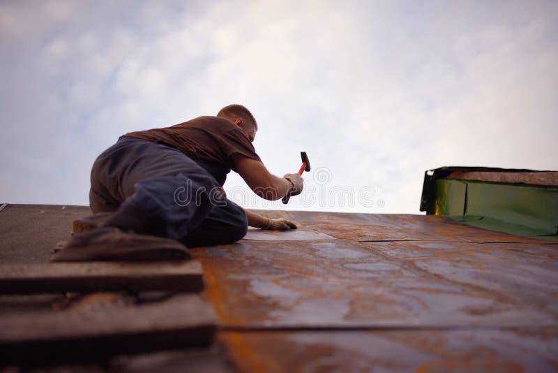 Costruttore o carpentiere che lavora al tetto fotografia stock libera da diritti