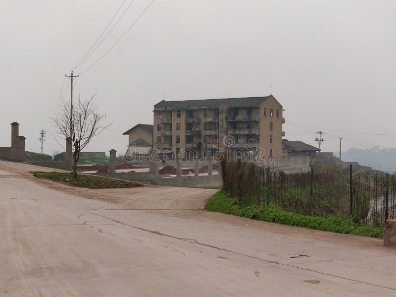 Costruzione abbandonata in Cina con il cielo contaminato fotografia stock libera da diritti