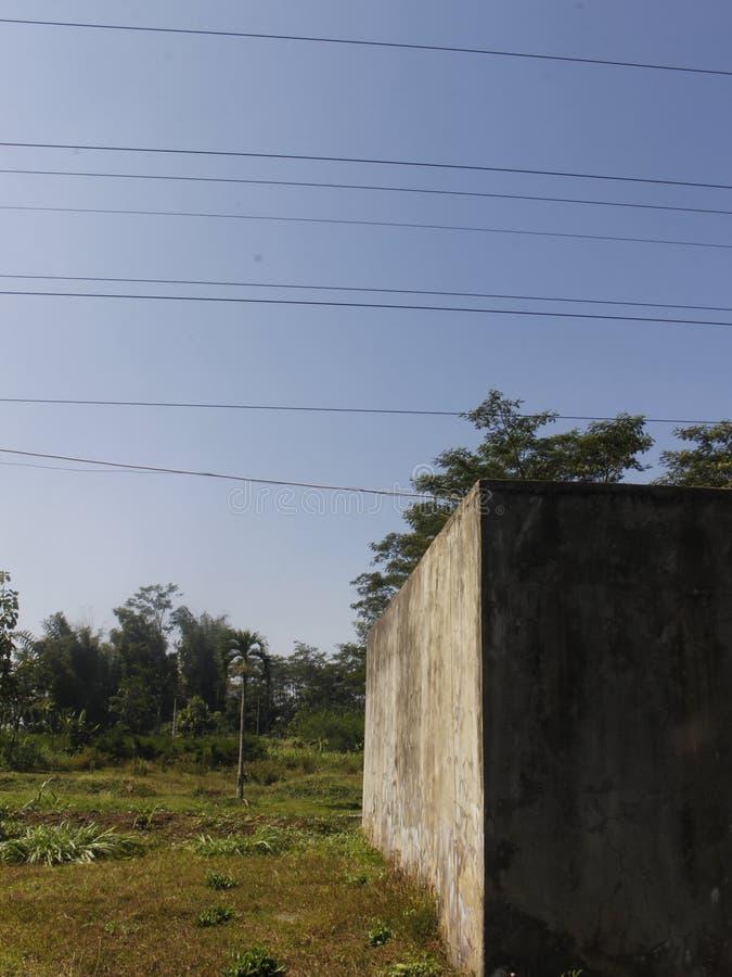 Costruzione abbandonata con lo stile ed il minimalismo della natura con un Bluesky fotografie stock libere da diritti