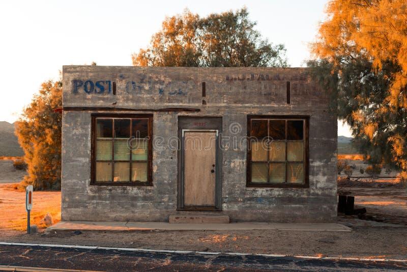 Costruzione abbandonata dell'ufficio postale fotografia stock libera da diritti