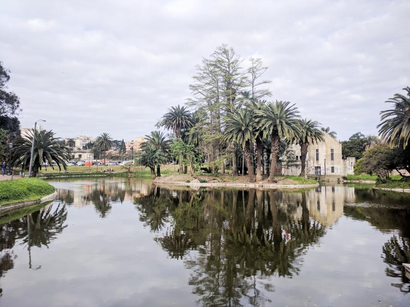 Costruzione abbandonata in un lago immagine stock libera da diritti
