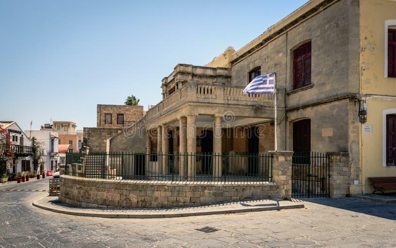Costruzione amministrativa abbandonata nella città di Rodi sull'isola di Rodi, Grecia immagini stock