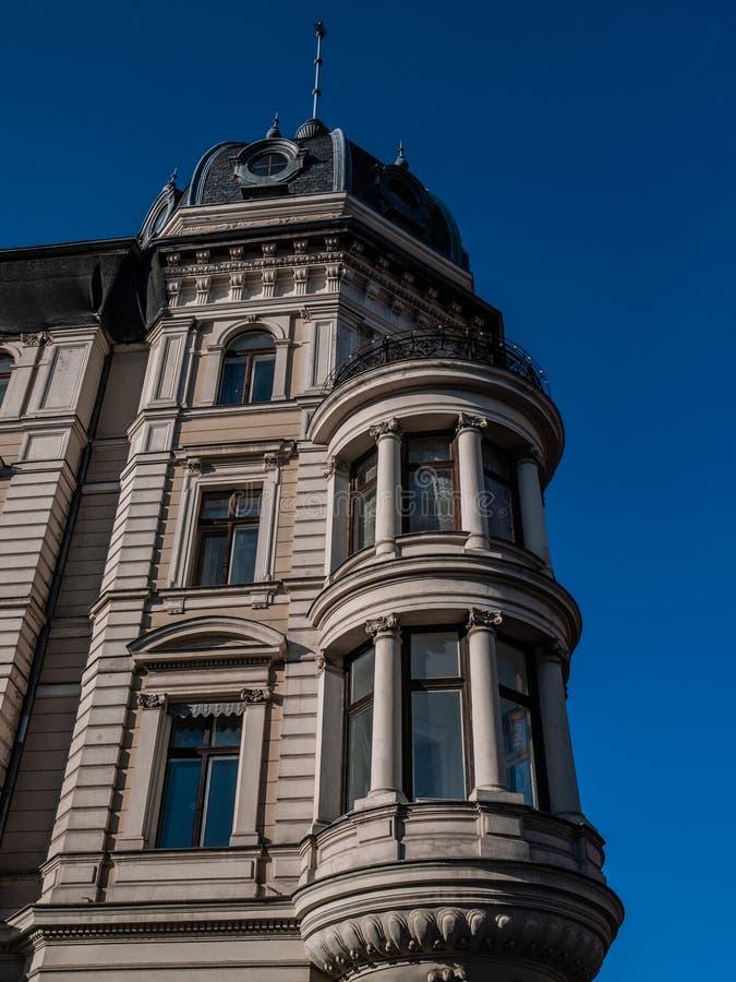 Costruzione antica con finestre e colonne di grandi dimensioni fotografia stock