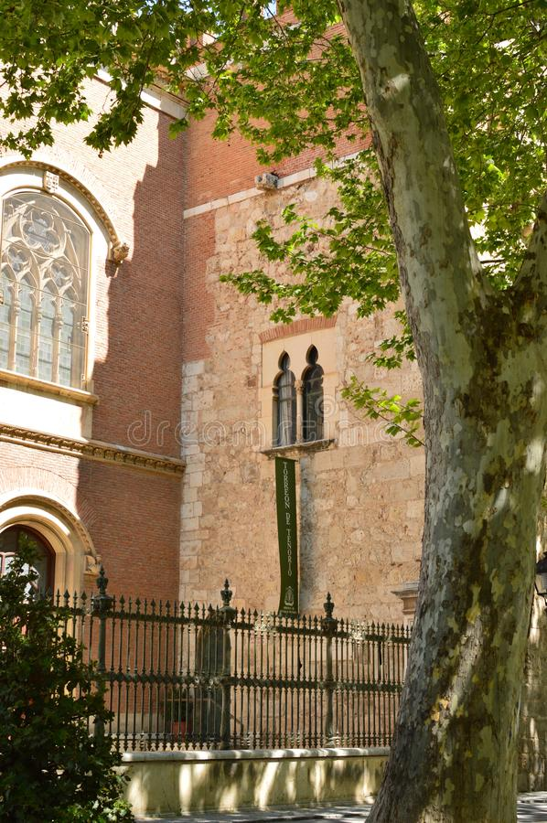 Costruzione arcivescovile di Alcala De Henares Front Facade With una bella finestra Storia di viaggio di architettura fotografie stock