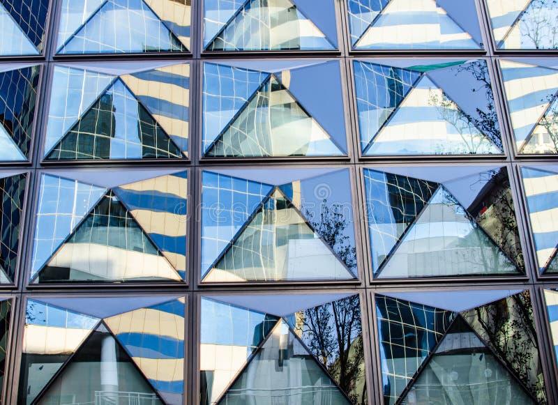 Costruzione astratta della finestra di vetro del modello nel triangolo immagine stock libera da diritti