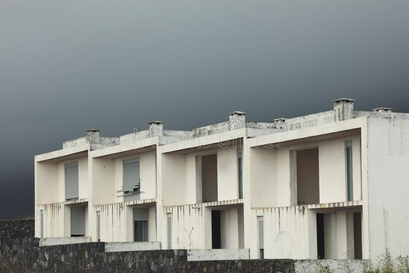 Costruzione bianca in un villaggio abbandonato sull'isola del Flores immagini stock libere da diritti