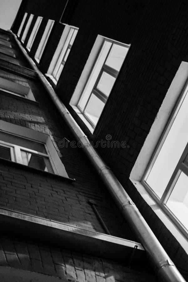 Costruzione in bianco e nero nella notte immagine stock
