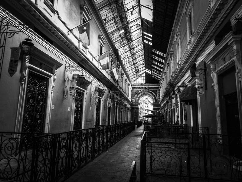 Costruzione coloniale con le forti linee principali in Quetzaltenango, Guatemala fotografia stock libera da diritti