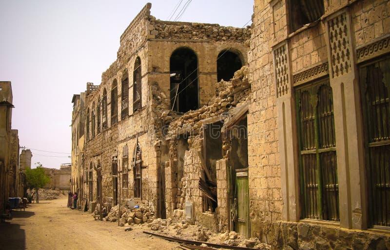 Costruzione coloniale rovinata di stile alla via di Massaua nell'Eritrea fotografia stock libera da diritti