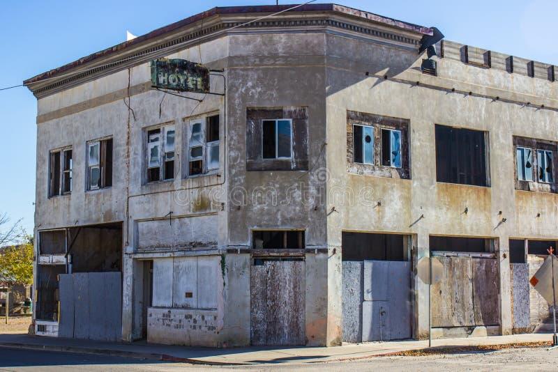 Costruzione commerciale abbandonata con imbarcato sulle porte fotografie stock libere da diritti