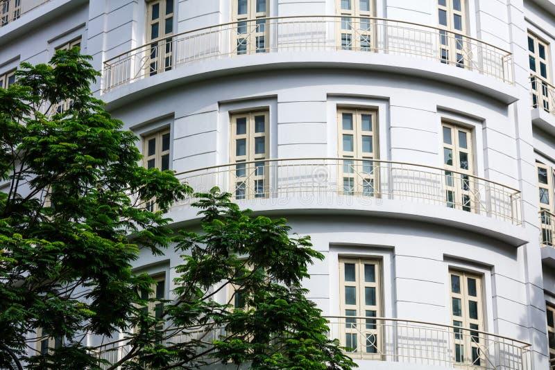 costruzione con i balconi e un albero fotografia stock libera da diritti