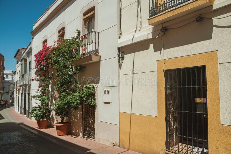 Costruzione con il balcone e fiori in via di Merida fotografie stock