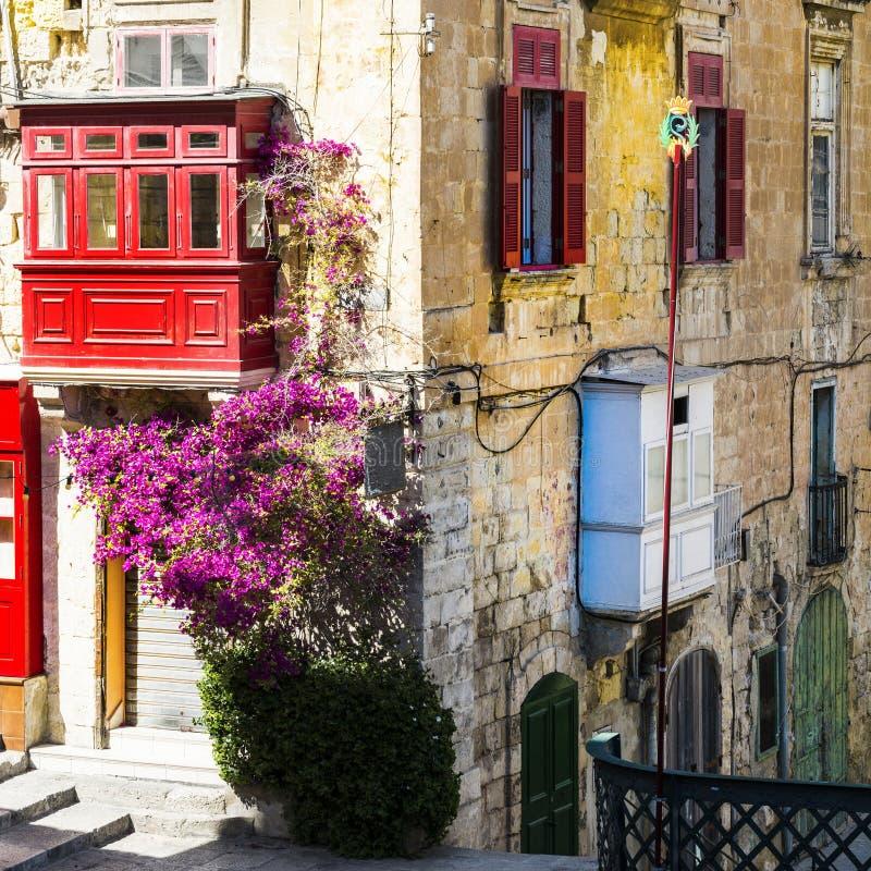 Costruzione con il balcone maltese variopinto tradizionale fotografia stock
