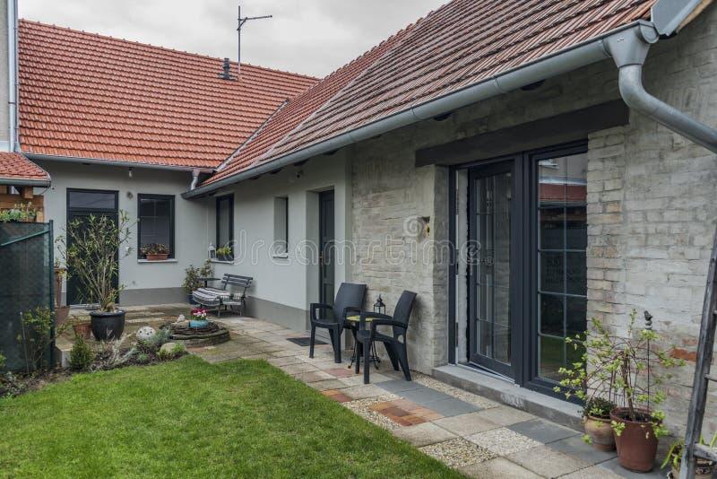 Costruzione con il giardino nel villaggio di Ratiskovice fotografia stock libera da diritti
