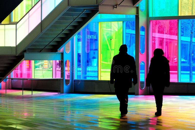 costruzione con il vetro macchiato di Montreal, camminata della gente fotografia stock libera da diritti