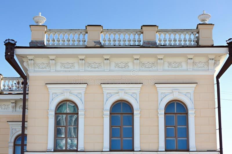 costruzione con l'ornamento dello stucco fotografie stock libere da diritti