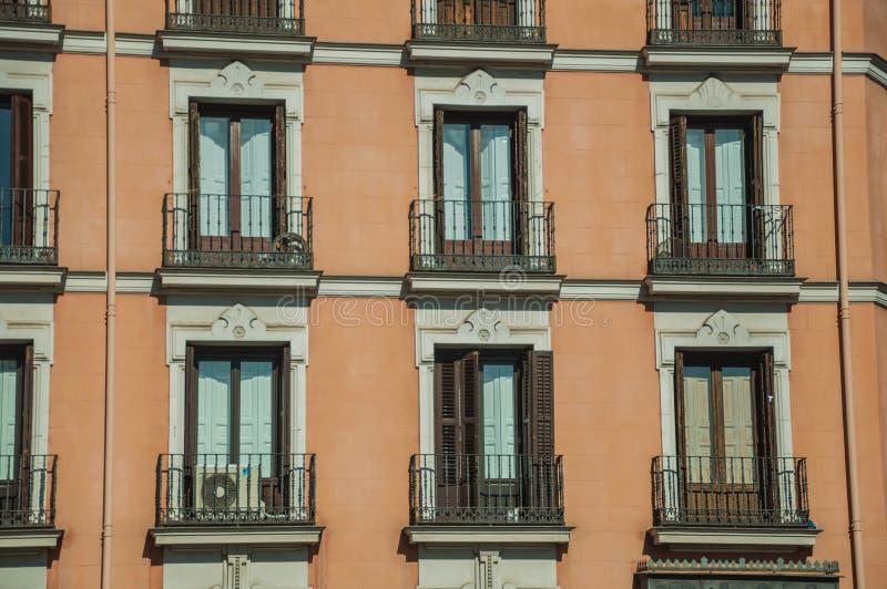 Costruzione con la facciata variopinta e finestre lustrate a Madrid fotografia stock libera da diritti
