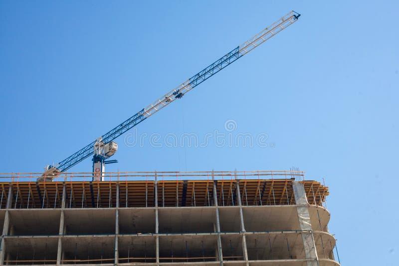 Costruzione Con Le Gru Di Palazzo Multipiano Fotografia Stock - Immagine di  appartamento, metallo: 138618610