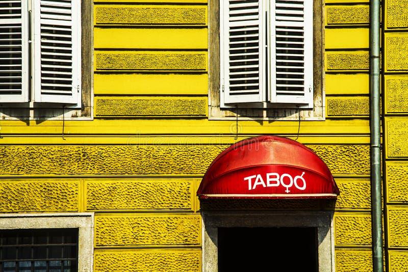Costruzione con un segno tabù fotografia stock